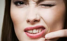 quitar grano de acne
